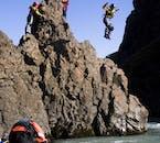 Du kannst deine River Rafting-Tour auch mit einem Sprung in den Gletscherfluss kombinieren.