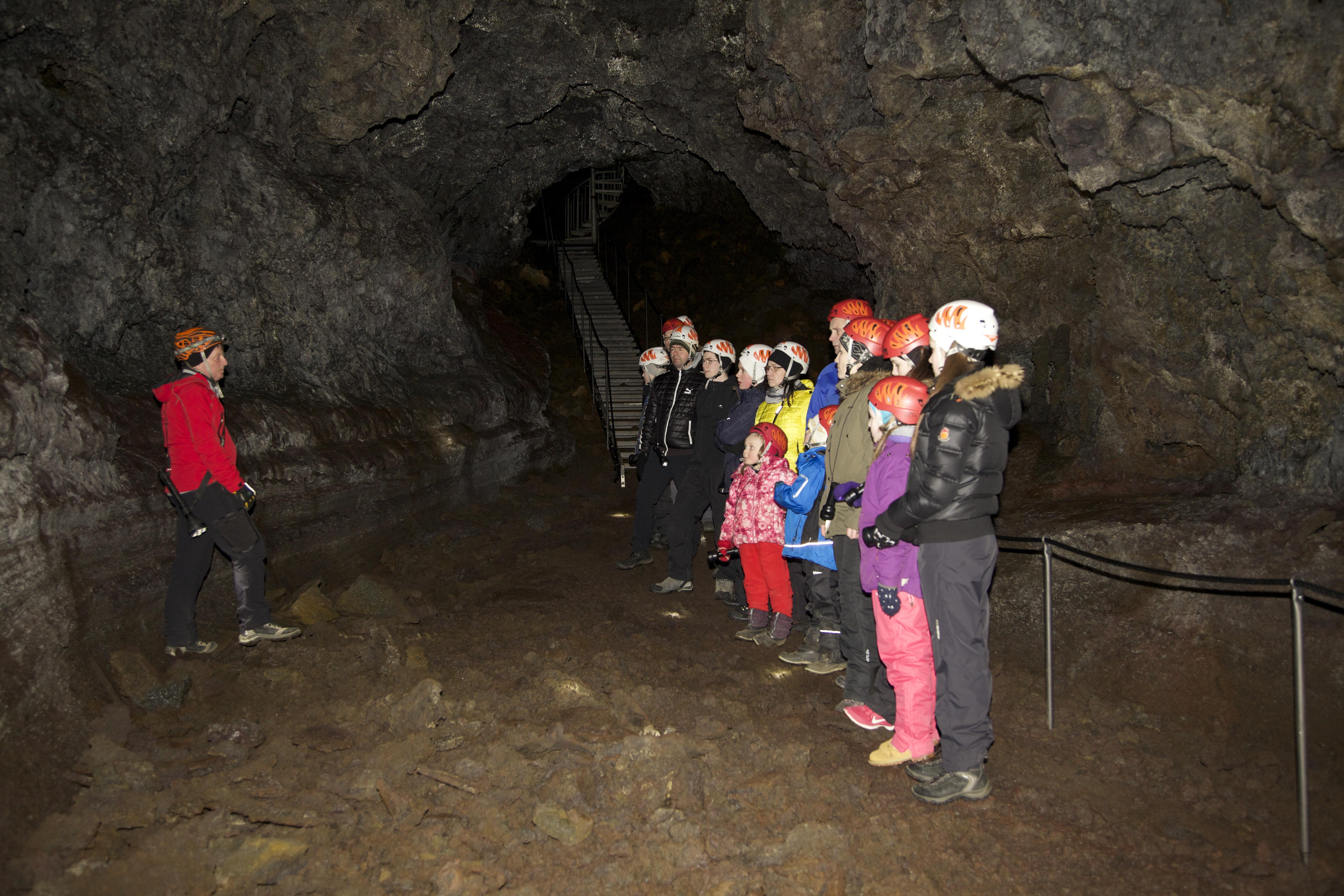 スナイフェルスネス半島にあるヴァッツヘトリル洞窟は8000年前の火山噴火にできた溶岩洞窟