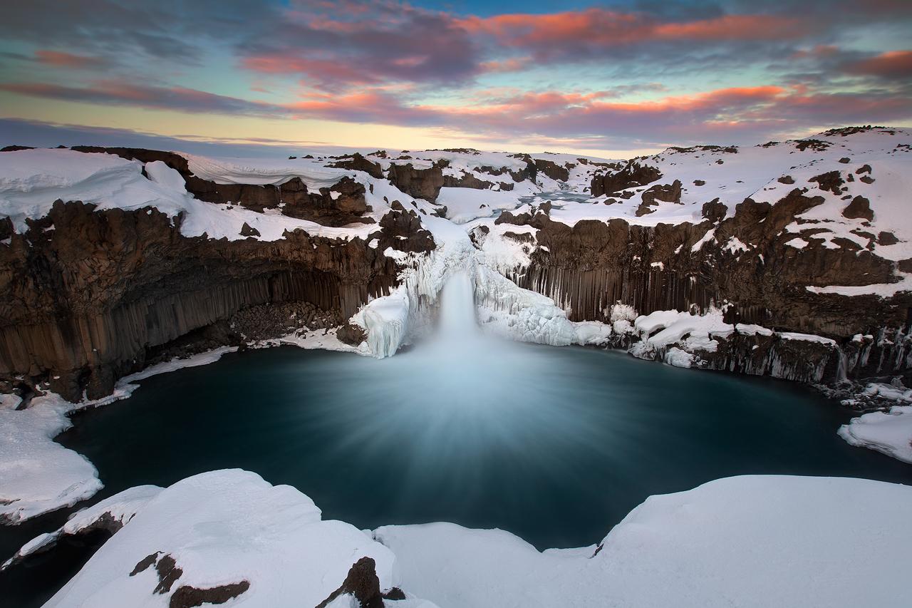 Wodospad Aldeyjarfoss na północy Islandii, pełen kontrastów bieli i czerni