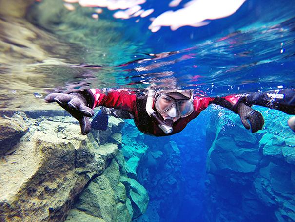 穿着干衣在丝浮拉大裂缝中浮潜,领略晶莹剔透的冰岛水下世界