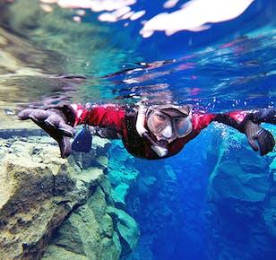 Snorkeling (suchy skafander) w szczelinie Silfra