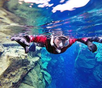Snorkeling à Silfra en combinaison de plongée étanche