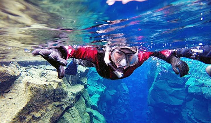 Snorkeltur med torrdräkt i Silfra med undervattensfoton   Transfer ingår