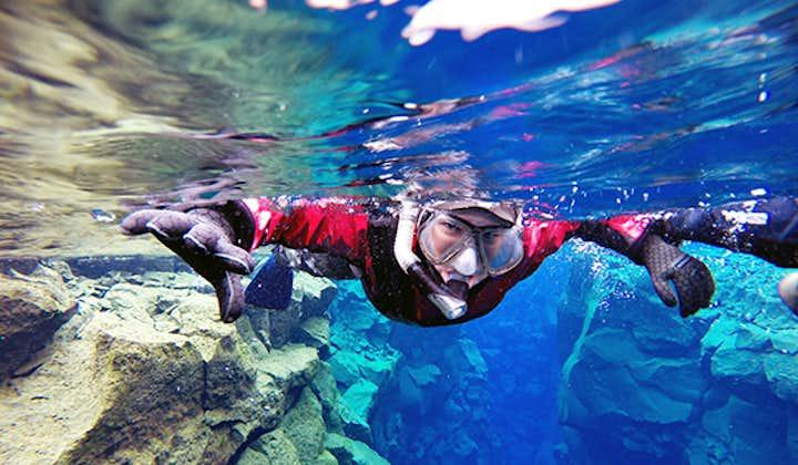 Snorkling i tørrdrakt i Silfra med undervannsbilder | Transport inkludert