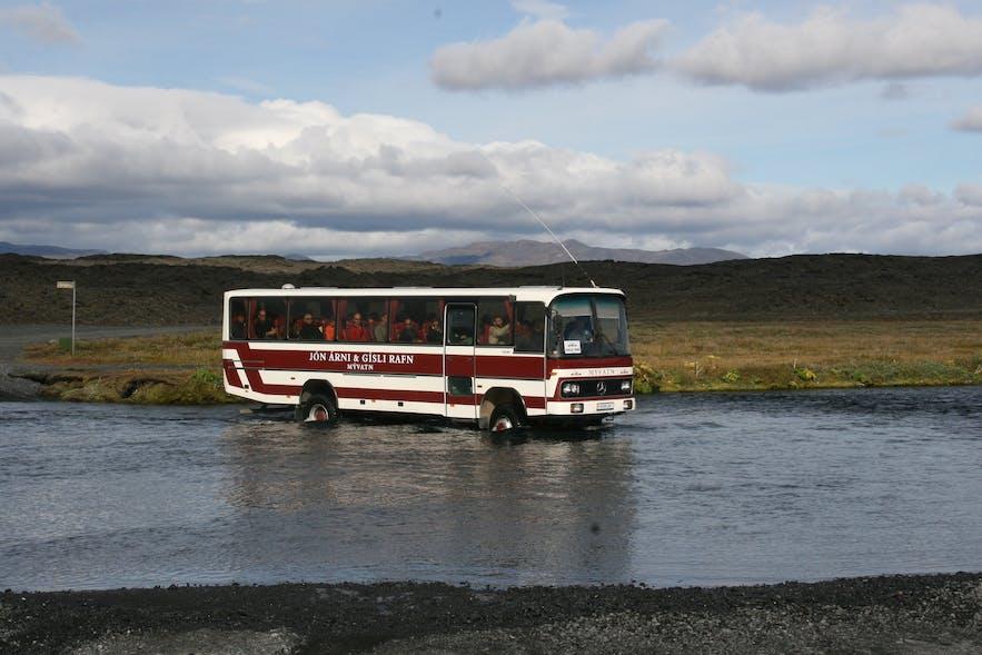 前往内陆高地的四驱大巴有很高的地盘,适合过河