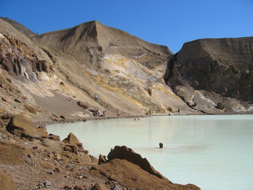 Badegæster i den varme Víti-kilde i Askja i Island