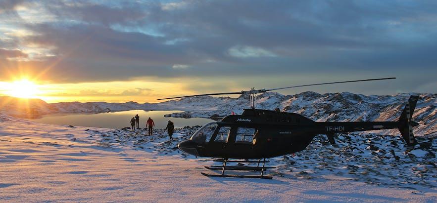 旅行团途中降落观赏景色的直升机