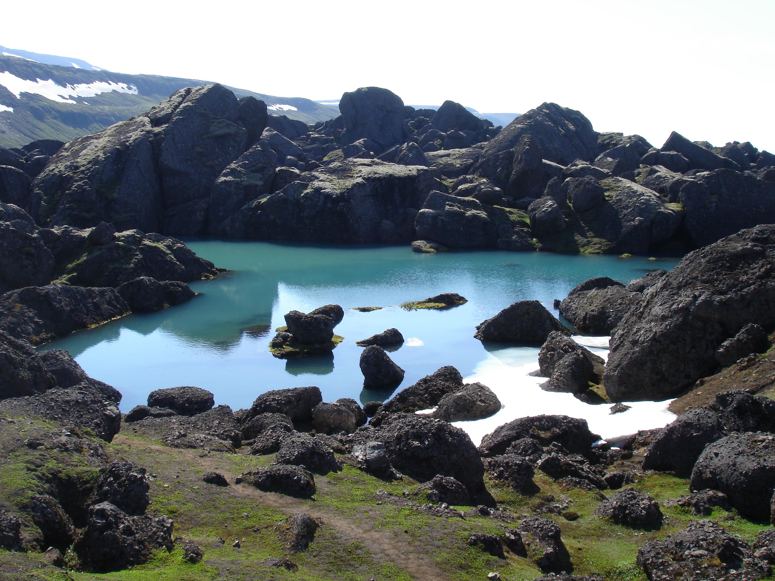 冰岛东部Stórurð巨石区的湖景