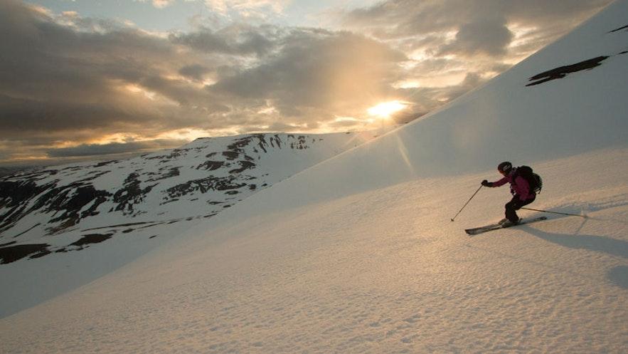 在冰岛的西部峡湾滑雪