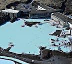 Eine Luftaufnahme zeigt die Ausmaße und Farben der Blauen Lagune in Südwest-Island.
