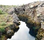 Le parc national de Thingvellir est jonché de ravins car il est directement entre les deux plaques tectoniques qui séparent l'Islande.