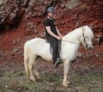 Тур с конной прогулкой по вулканическому ландшафту подходит наездникам с опытом и без.