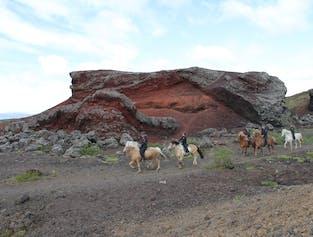火山景観で乗馬ツアー レイキャビク近郊