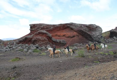 Excursión a caballo por un paisaje volcánico