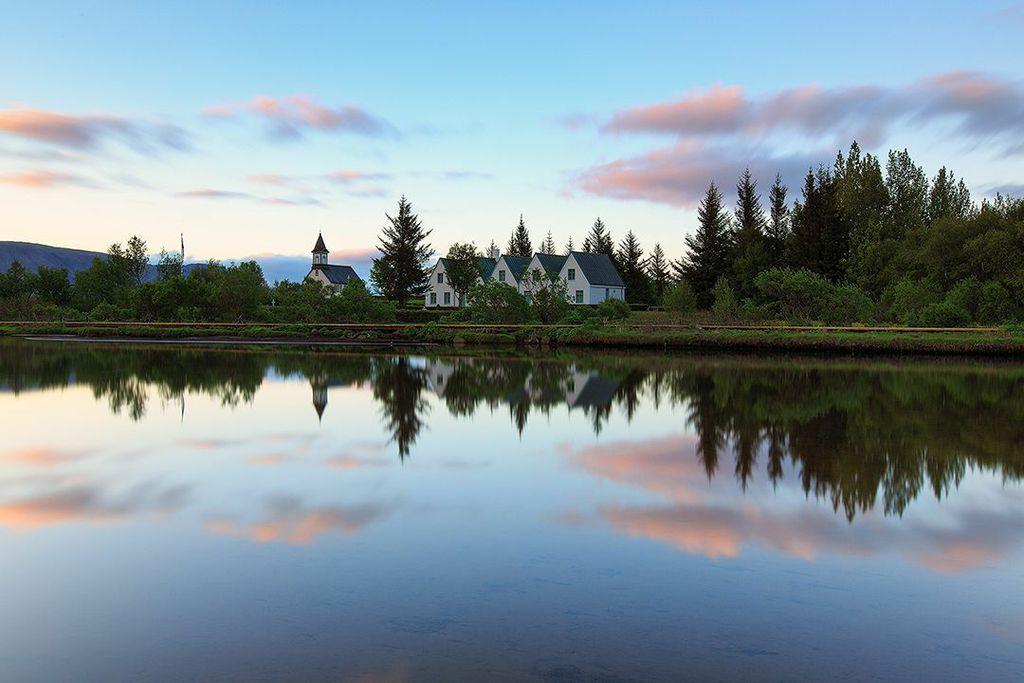 Þingvellir er hjemsted for den naturskønne Almannagjá-kløft, som er en blottelse af den nordamerikanske tektoniske plade.
