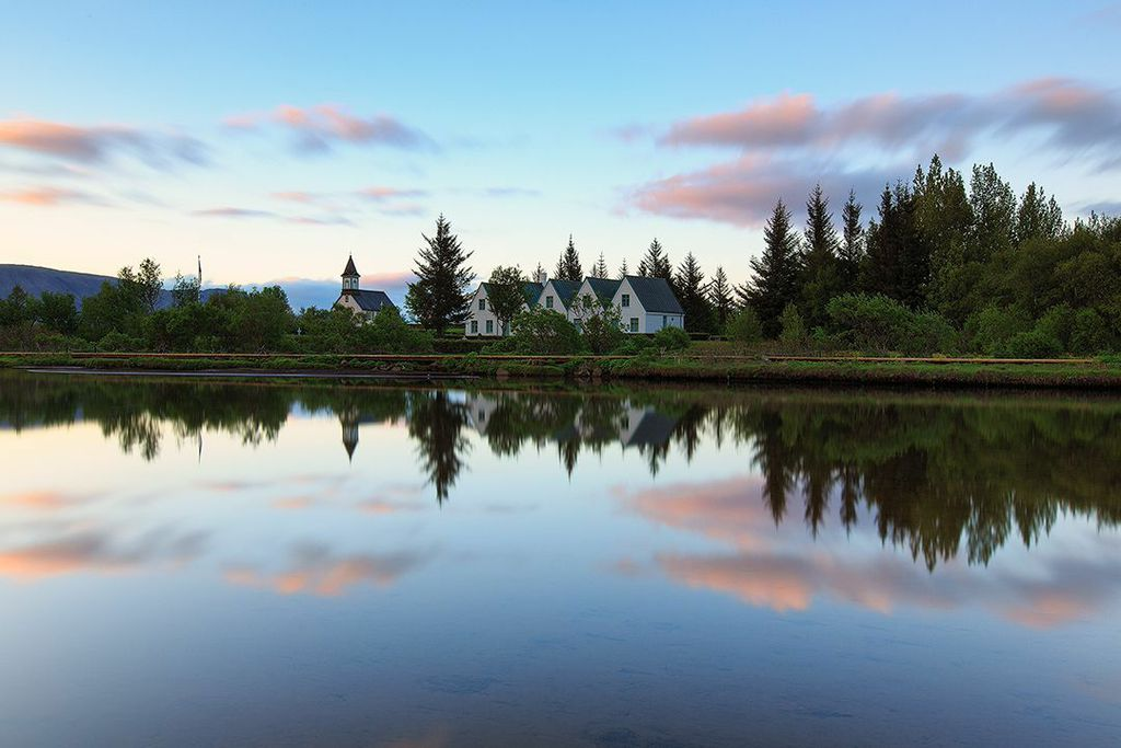 Thingvellir to dom dla malowniczego wąwozu Almannagja, znajdującego się na płycie amerykańskiej.
