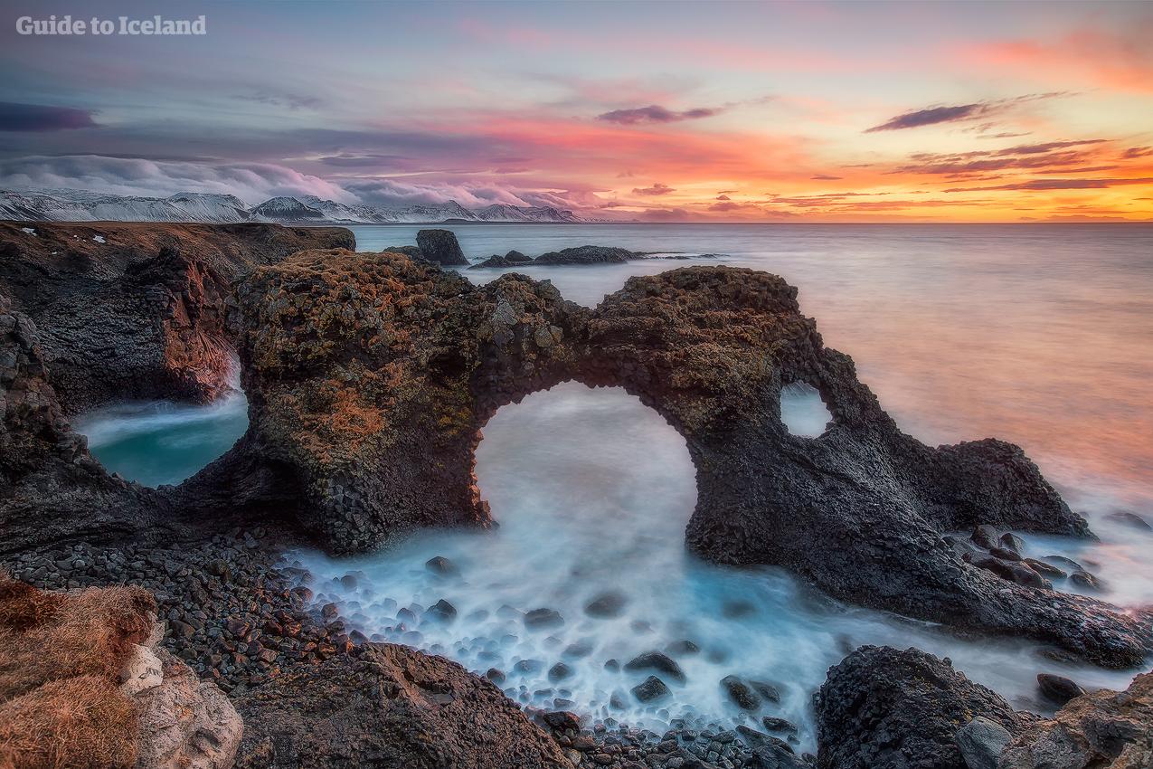 冰岛西部斯奈山半岛的海岸线上坐落着火山海蚀柱