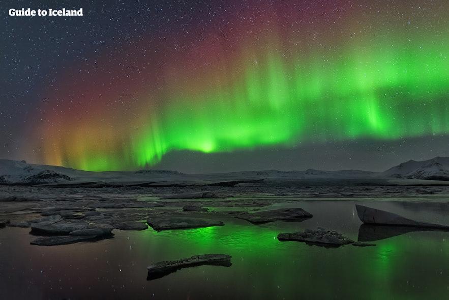 冰岛杰古沙龙冰河湖北极光,夜空的梦幻彩虹