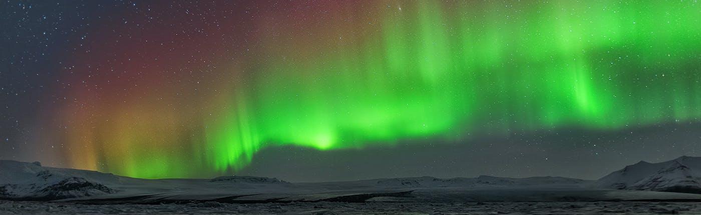 眩く光り輝くアイスランドのオーロラ