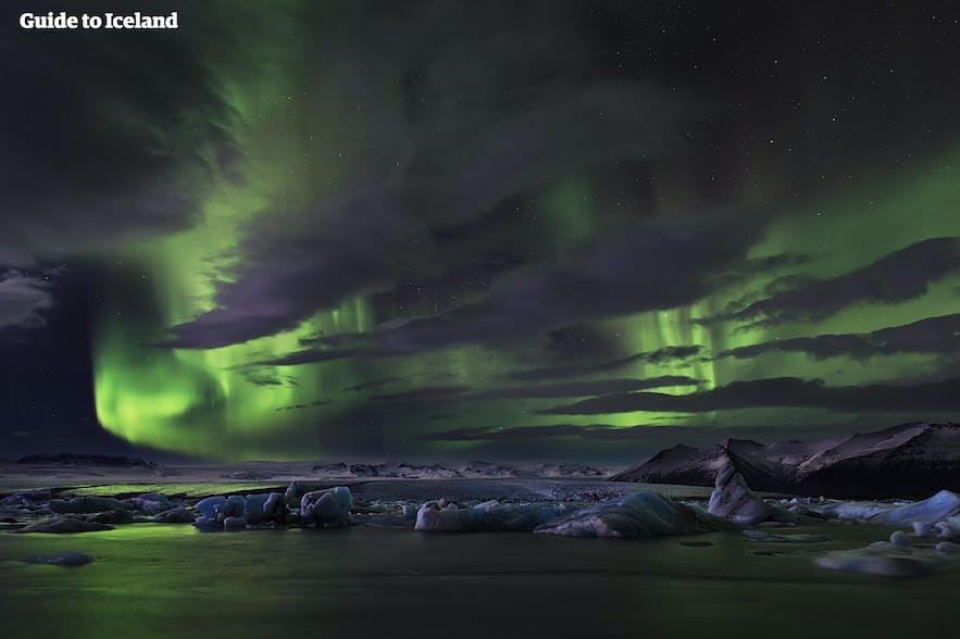 ヨークルスアゥルロゥン氷河湖の空に踊るオーロラ