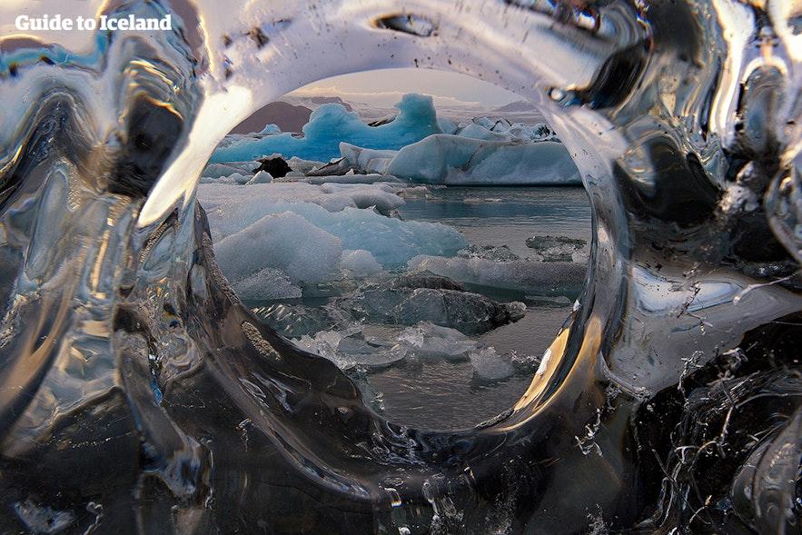 En isdækket udsigt over Jökulsárlón-gletsjerlagunen
