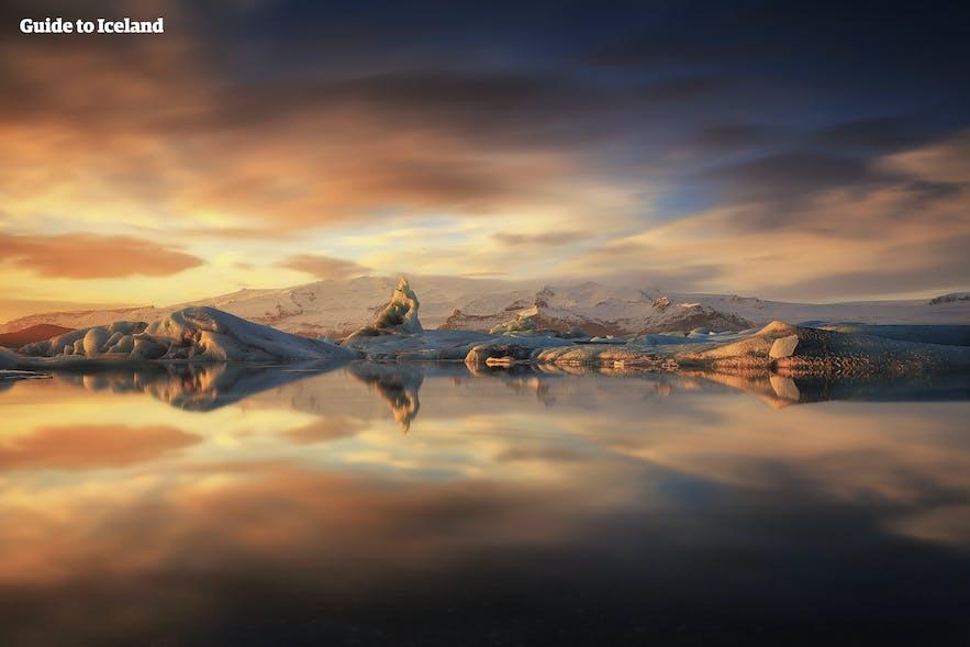 พระอาทิตย์ตกที่งดงามเหนือทะเลสาบธารน้ำแข็งโจกุลซาลอน.