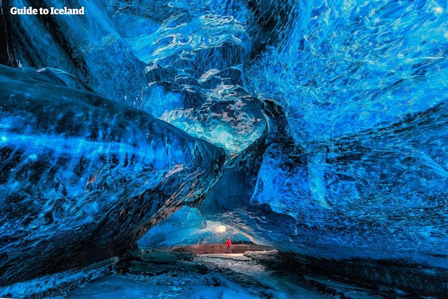 ถ้ำน้ำแข็งตามธรรมชาติที่อยู่ใกล้ทะเลสาบธารน้ำแข็ง.