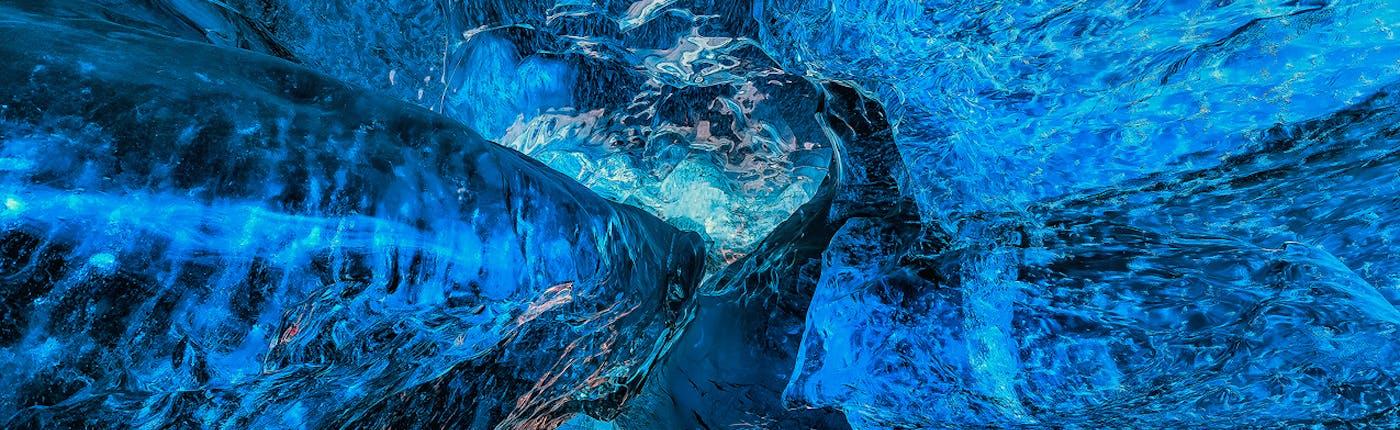 Бездонный голубой лёд исландской ледяной пещеры на леднике Ватнайёкюдль