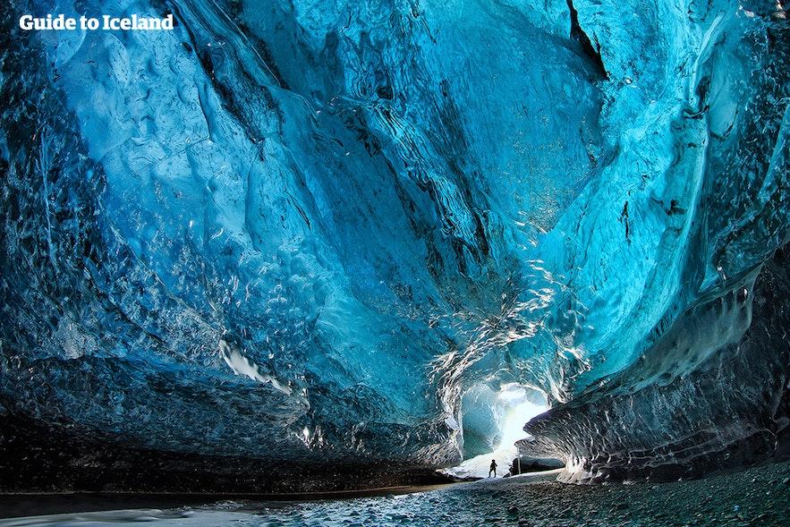 โถงสีฟ้าภายในที่น่าตื่นตาของถ้ำธารน้ำแข็งในทางตะวันออกเฉียงใต้ของประเทศไอซ์แลนด์.