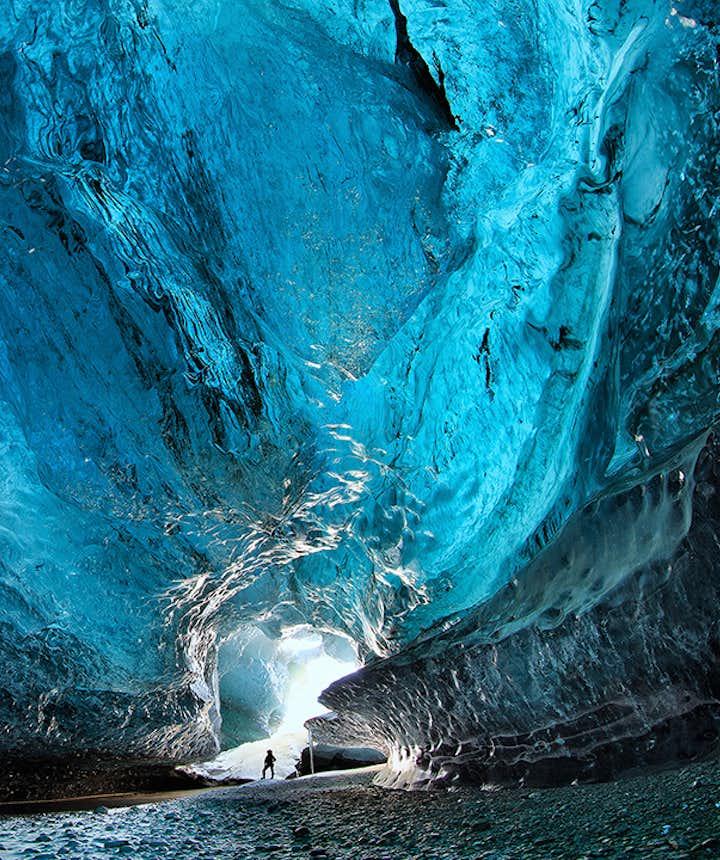 Den utrolige blå farve inde i en gletsjerisgrotte i Sydøstisland