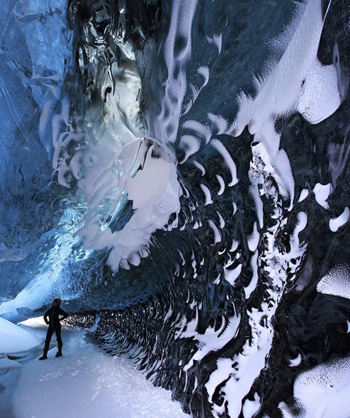 Błękitna jaskinia lodowa w lodowcu Vatnajokull.