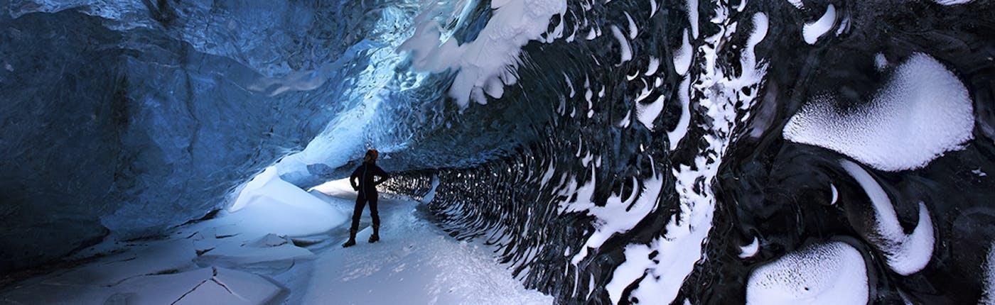 ในถ้ำน้ำแข็งในทางตะวันออกเฉียงใต้ของไอซ์แลนด์ ทัวร์นี้มีเฉพาะหน้าหนาว
