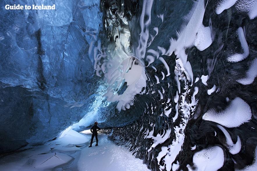 Binnen in een ijsgrot in het zuidoosten van IJsland tijdens een excursie die alleen in de zomer mogelijk is.