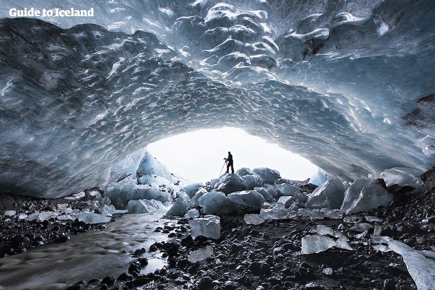 """冰岛瓦特纳冰川的""""水晶宫""""蓝冰洞"""