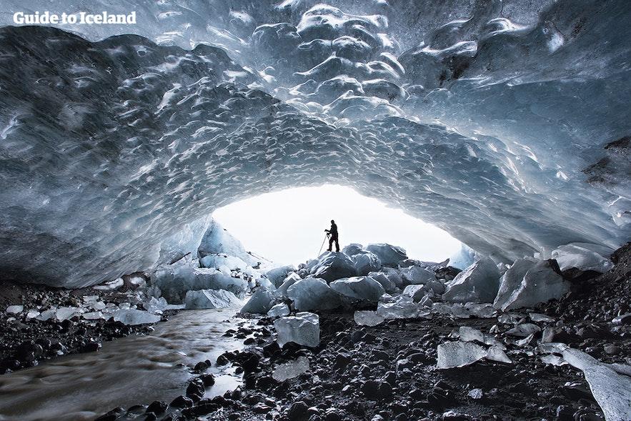 ヴァトナヨークトル氷河にできた氷の洞窟