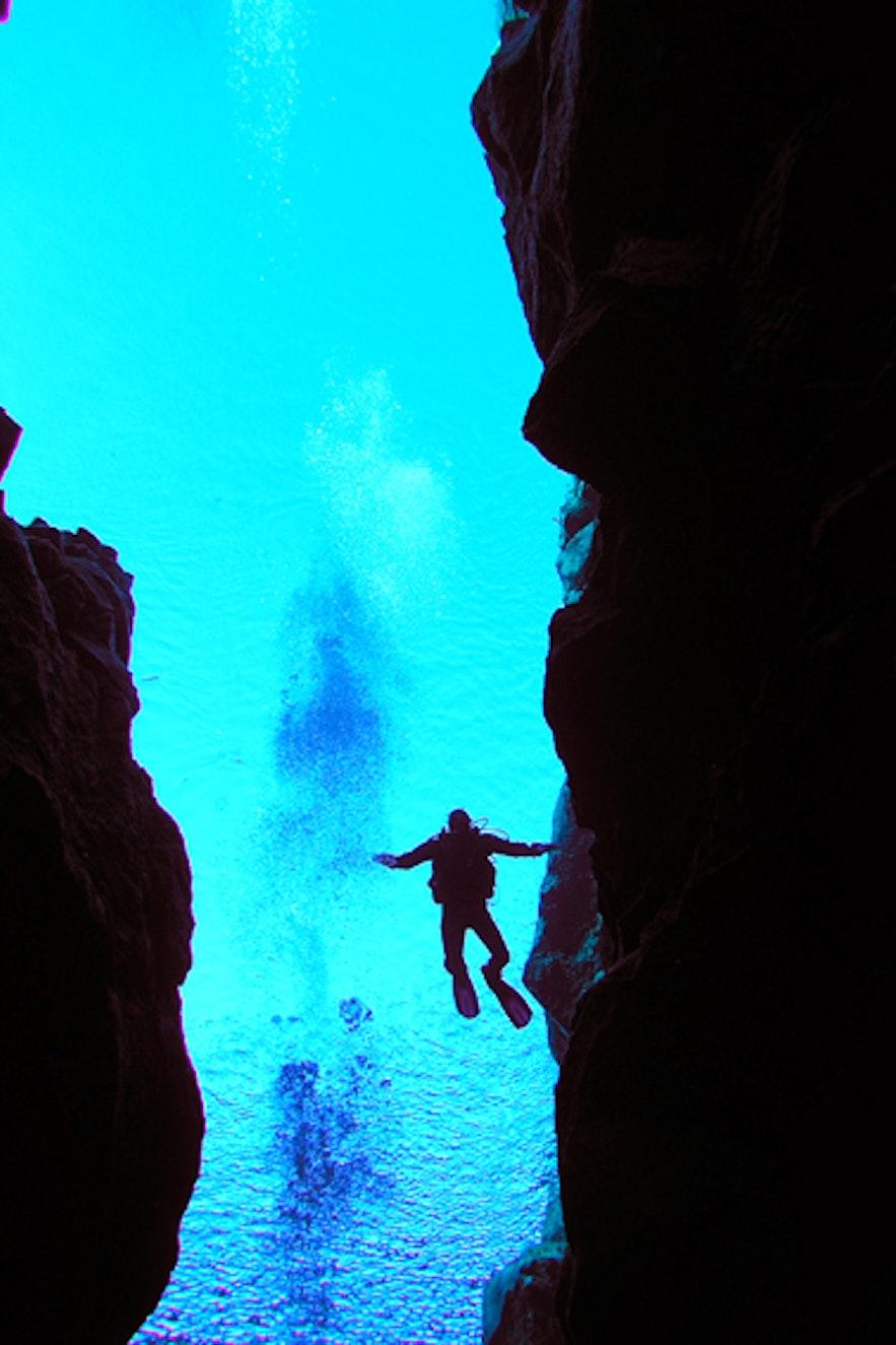 冬季在冰岛丝浮拉大裂缝内潜水