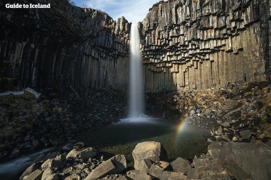 Vattenfallet Svartifoss i Skaftafell vid Vatnajökulls nationalpark
