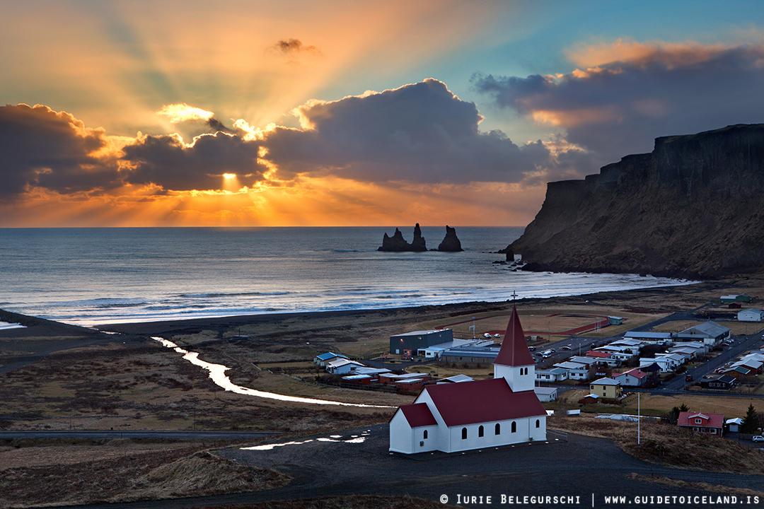 Wschód słońca nad Víkiem na południowym wybrzeżu Islandii.