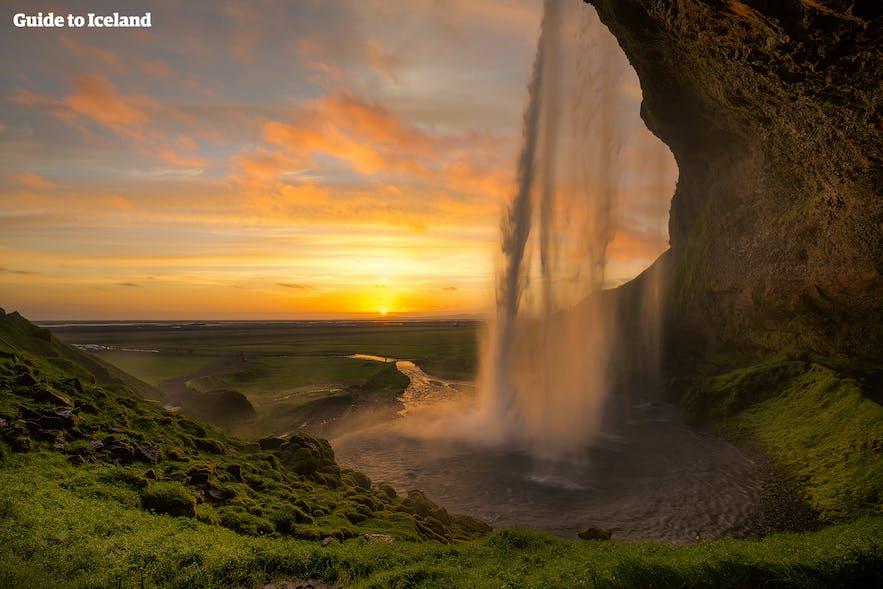 アイスランド南部のセリャランズフォスの滝