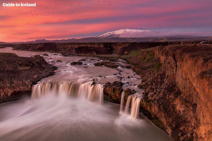 Þjórsárdalur山谷的Þjófafoss瀑布,远处是赫克拉火山