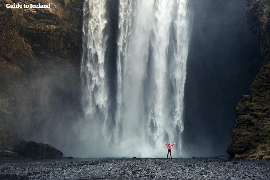 壮大なスコゥガフォスの滝