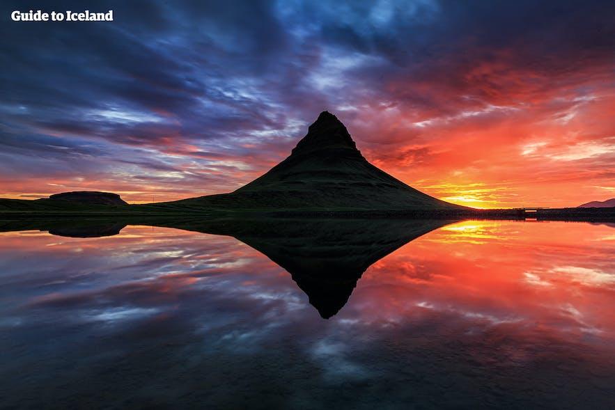 キルキュフェットル山に沈む真夜中の太陽
