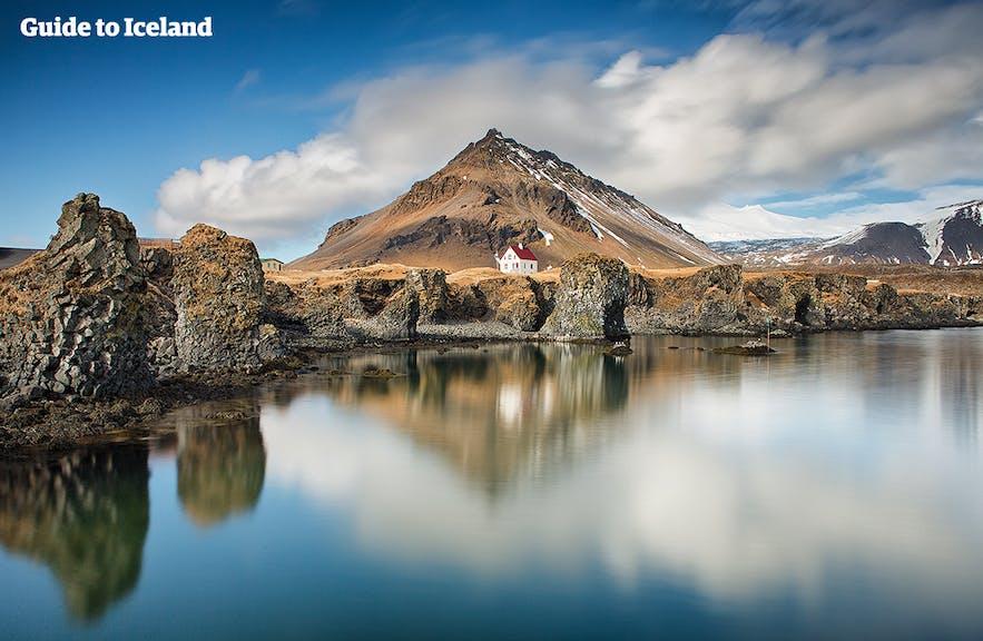 아이슬란드 스나이펠스네스 반도의 도시 아르나스타피는  아름다운 해안 지형으로 유명합니다.
