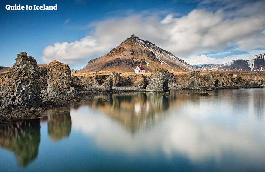 La geología costera alrededor de Arnarstapi en la península de Snæfellsnes de Islandia es magnífica.