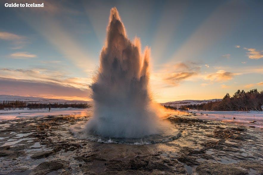 Wann ist die beste Reisezeit für Island? Hier siehst du den Geysir Strokkur im Winter!