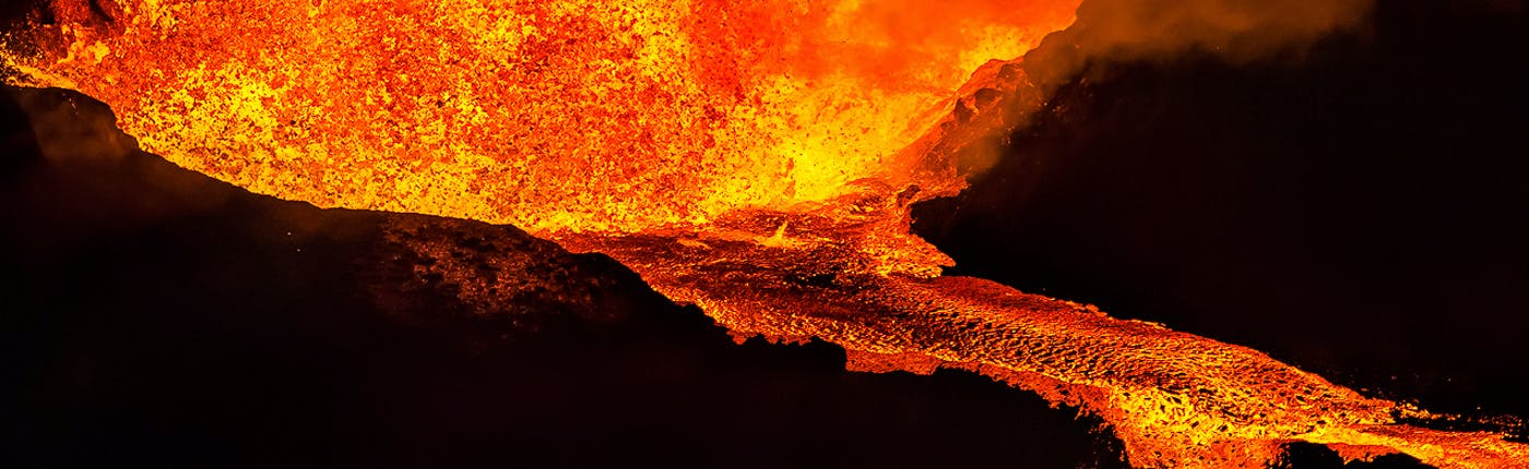 溶岩が流れるアイスランドの火山