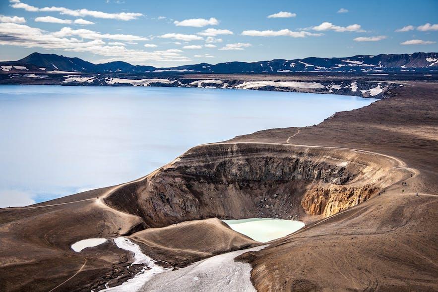 鸟瞰阿斯基亚火山的两座火山湖