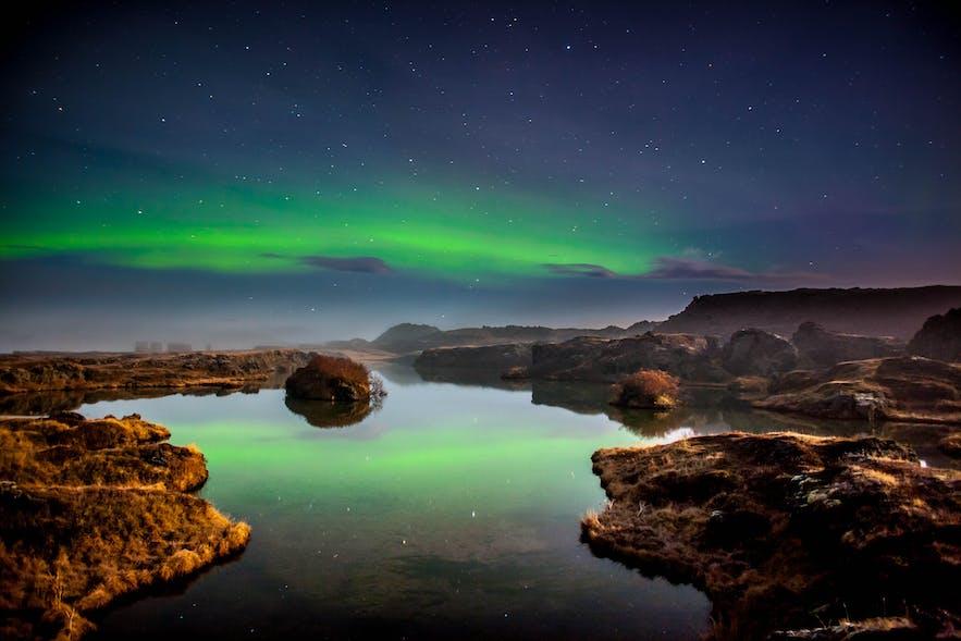 冰岛北部地区的地质景观搭配极光更加特别