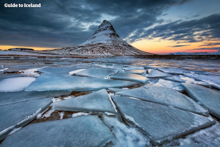 Isdækket landskab på Snæfellsnes-halvøen i nærheden af Kirkjufell-bjerget