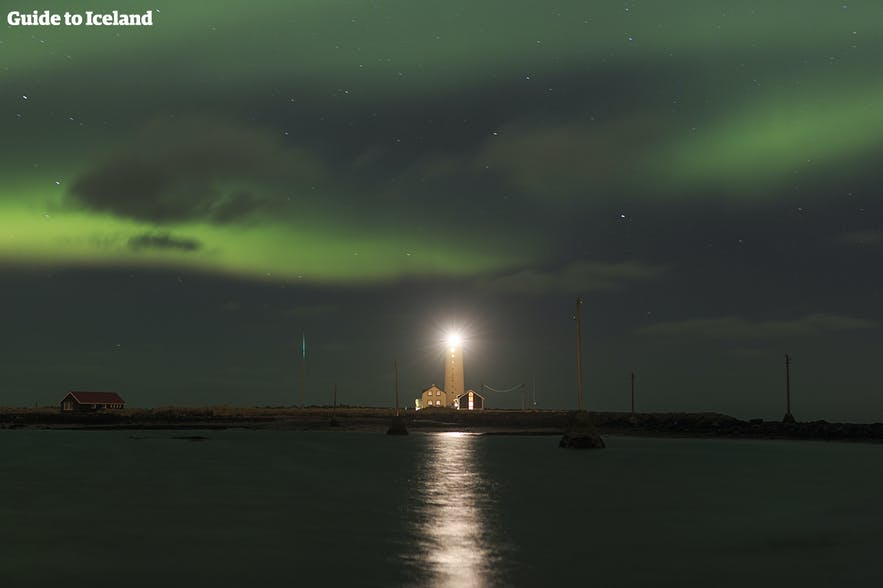 Nordlichter über dem Leuchtturm Grótta in Reykjavík.